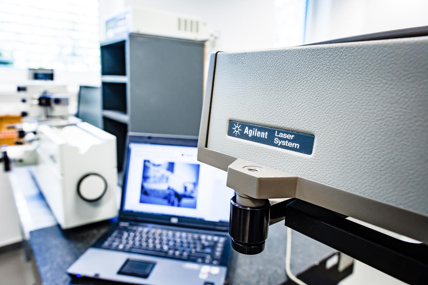 Foto Laserinterferometer für die akkreditierte Kalibrierung bei der Firma Wild Hi-Precision