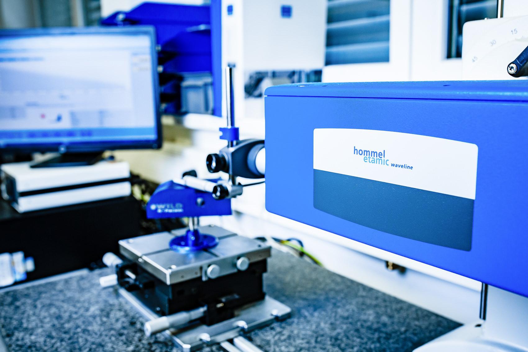 Foto eines Kontur- und Oberflächenmessgerätes für die Konturmessung und Messung der Oberflächenrauheit bei der Firma Wild Hi-Precision